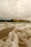 Um navio no rio elbe Imagem de Stock Royalty Free