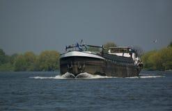 Um navio no rio Mosa Fotos de Stock Royalty Free