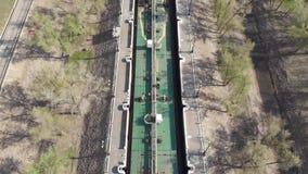 Um navio-petroleiro da carga carregado com o óleo sae do primeiro fechamento do canal de transporte de Volga-Don volgograd R?ssia vídeos de arquivo