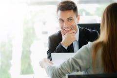 Um neuen Job sich bewerben, Karrieregelegenheitskonzept: Exekutivmanagement- oder Einstellungsrepräsentativinterviews stockfotografie