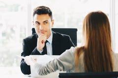 Um neuen Job sich bewerben, Karrieregelegenheitskonzept: Exekutivmanagement- oder Einstellungsrepräsentativinterviews lizenzfreies stockbild