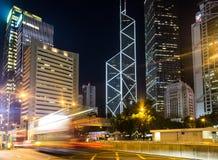 Um ônibus apressa-se no distrito central de Hong Kong Imagem de Stock