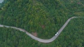 Um ônibus que viaja em uma estrada da montanha, tiro do ar video estoque