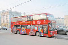Um ônibus vermelho da excursão do ônibus de dois andares Imagens de Stock Royalty Free