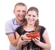 Um noivo que dá um presente a sua amiga Imagens de Stock