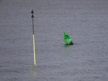 um norte de Cardinal-tonelada e o lado esquerdo regulamentar de transporte interno buoy o verde Fotos de Stock Royalty Free