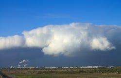 Um nuvem-monstro sobre a cidade imagem de stock
