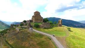 Um o lugar o mais famoso em Geórgia - vista superior do monastério de Jvari ao riger de Aragvi e de Mtikvari e ao capital antigo vídeos de arquivo