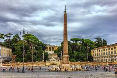 Um obelisco egípcio de Ramesses II em Praça del Popolo fotos de stock