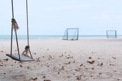 Um objetivo do balanço e do futebol na praia fotos de stock