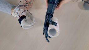 Um objeto está sendo levantado pelo braço biônico 4K vídeos de arquivo