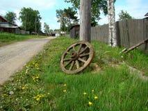 Um olhar da roda de vag?o passada fotografia de stock