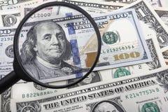 Um olhar mais atento em uma cédula do dólar americano 100 Imagens de Stock
