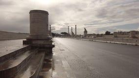 Um olhar na ponte monumental de Flaminio em Roma em um dia de inverno chuvoso filme