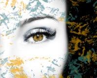 Um olho perspicaz bonito do olhar com pontos abstratos Feche acima do tiro fotos de stock