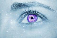 Um olho perspicaz bonito do ` s da mulher do olhar com o efeito do espaço na frente dos olhos Imagens de Stock