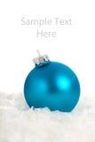 Um ornamento/bauble azuis do Natal com espaço da cópia fotografia de stock royalty free