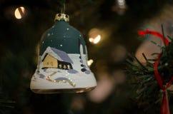Um ornamento pintado da árvore de Natal do sino Fotografia de Stock Royalty Free
