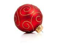 Um ornamento vermelho, glittery do Natal no branco imagens de stock