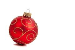 Um ornamento vermelho, glittery do Natal no branco fotografia de stock