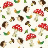 Um ouriço dos desenhos animados no teste padrão sem emenda do cogumelo Fotografia de Stock Royalty Free