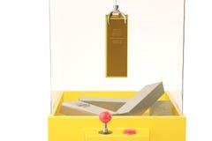 Um ouro e uma prata no brinquedo crane a máquina ilustração 3D Imagens de Stock Royalty Free