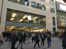 Um outro dia, um outro lançamento da maçã imagens de stock