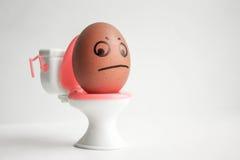 Um ovo com uma cara pintada Ovo bonito foto Fotografia de Stock