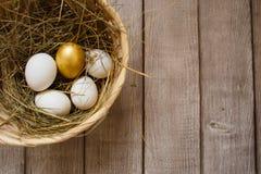 Um ovo dourado entre o comum barato fotografia de stock royalty free