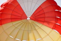 Um pára-quedas colorido Imagem de Stock Royalty Free
