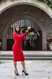Um pássaro moreno latino-americano bonito do Caracara de Poses Outdoors With A do modelo na fazenda de A imagem de stock