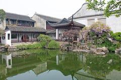 Um pátio chinês interno pequeno e árvores Cidade de Shanghai Lagoa no parque chinês fotografia de stock royalty free