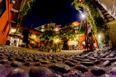 Um pátio italiano acolhedor na noite em uma das ruas de Milão imagens de stock royalty free