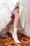 Um pé 'sexy' da noiva em um carregador Imagens de Stock
