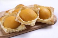 Um pêssego doce da pastelaria de sopro foto de stock royalty free