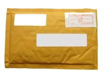 Um pacote amarelo do correio de recicl o papel Imagens de Stock
