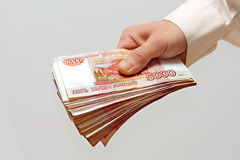 Um pacote de dinheiro na mão Imagens de Stock Royalty Free