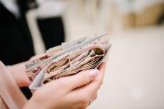 Um pacote de papel moeda do russo está no envelope imagens de stock royalty free