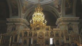Um padre na igreja lê uma oração video estoque