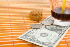 Um pagamento de um dólar e de 50 centavos para a bebida e os bolinhos Imagem de Stock