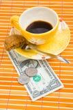 Um pagamento de um dólar e de 50 centavos para o café e os bolinhos Fotos de Stock Royalty Free