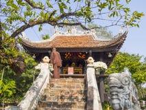 Um pagode da coluna em Hanoi foto de stock