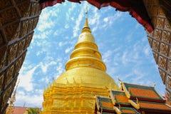 um pagode dourado em Wat Phar Thai Hariphunchai fotos de stock royalty free