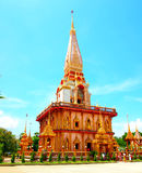 Um pagode no templo de Wat Chalong, Phuket, Tailândia foto de stock