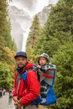 Um pai com o parque nacional de Yosemite da visita do filho do bebê em Californa Fotos de Stock Royalty Free