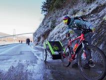 Um pai e as crianças no reboque da bicicleta na bicicleta da paredão arrastam em Stanl imagem de stock royalty free
