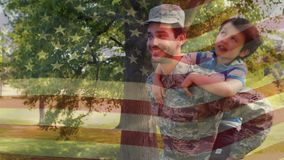 Um pai e um filho com a bandeira americana no fundo video estoque