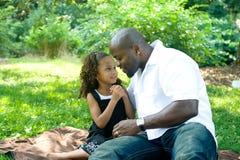 Um pai e sua filha da raça misturada Fotografia de Stock