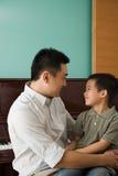 Um pai e um filho foto de stock
