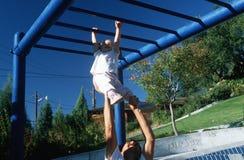 Um pai e uma filha que jogam no gym de selva, Albaquerque, nanômetro foto de stock royalty free